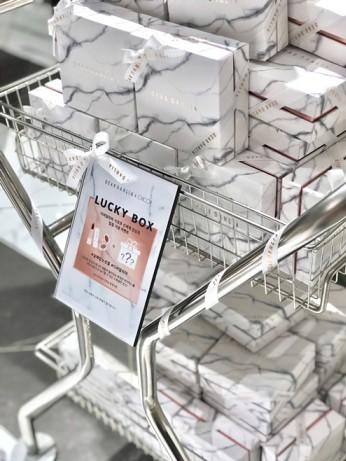 비건 뷰티 브랜드 `디어달리아(DEAR DAHLIA)`가 신세계백화점이 운영하는 럭셔리 뷰티 편집 매장 시코르(CHICOR) 신세계 강남점에 지난 2월 1일 입점했다고 8일 밝혔다. 시코르에서 단독으로 선보이는 디어달리아 럭키박스. 사진=디어달리아 제공