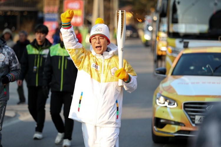 지난 8일  평창올림픽 개막 전일 성화봉송에 참여한 김낙순 한국마사회장.