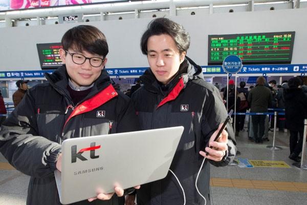 평창 동계올림픽과 설 연휴 안정적인 통신서비스를 위해 서울역에서 네트워크 품질을 최종 점검하고 있는 KT직원 모습