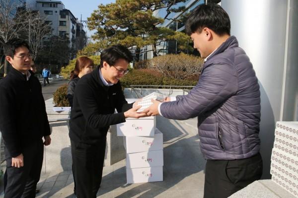 동아쏘시오그룹은 설날을 앞두고 임직원들에게 흑임자 인절미떡을 선물했다.