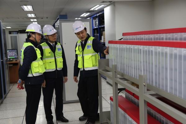 이성희 공항철도 부사장(왼쪽에서 두번째)이 검암역 신호기계실에서 무정전전원장치를 점검하고 있다.