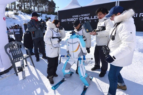 'Ski Robot Challenge' competition was held at Welli Hilli Park's D+ slope on the 12th.  Staff Reporter Kim, Dongwook | gphoto@etnews.com