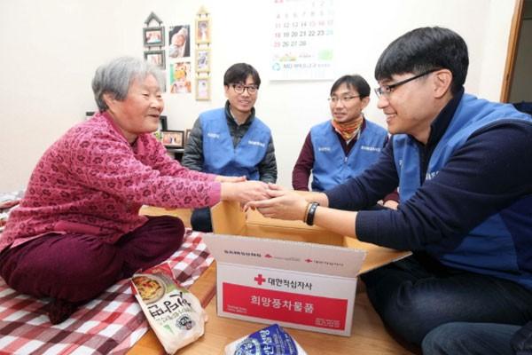 2월 8일, 삼성전자 DS부문 LED반딧불 봉사팀이 2017년에 LED등을 교체해준 박영하 할머니를 찾아 부식품 세트를 전달하는 모습
