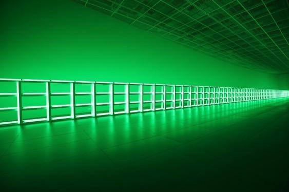 댄 플래빈의 길이 40m 형광등 펜스 작품 `무제(당신, 하이너에게 사랑과 존경을 담아)`. 사진=롯데물산 제공