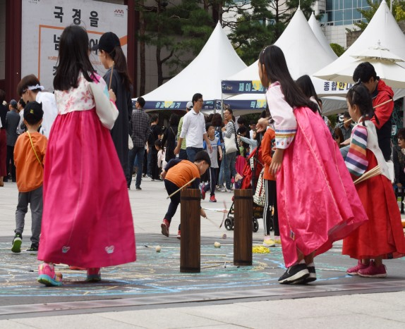 설 연휴를 맞아 서울 시내 곳곳에서 다채로운 문화와 체험행사가 펼쳐진다. 서울역사박물관 투호놀이 장면. 사진=서울시 제공