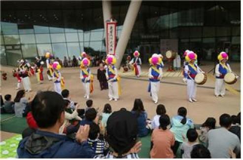설 연휴를 맞아 서울 시내 곳곳에서 다채로운 문화와 체험행사가 펼쳐진다. 한성백제박물관 풍물놀이 장면. 사진=서울시 제공
