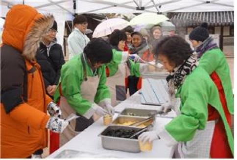 설 연휴를 맞아 서울 시내 곳곳에서 다채로운 문화와 체험행사가 펼쳐진다. 운형궁 떡국나눔 행사 장면. 사진=서울시 제공