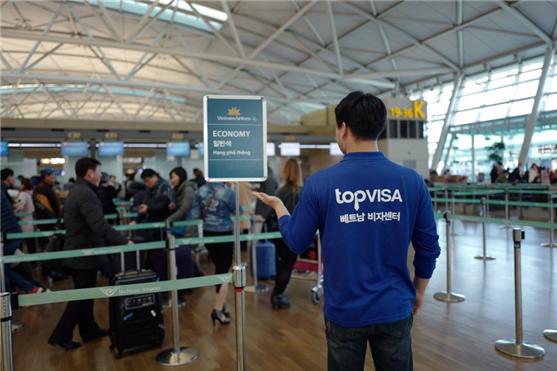 국내에서 유일하게 국제 공항 긴급 서비스를 제공하고 있다는 '탑비자'가 베트남 진출 기업에게 무엇보다 편리하고 신속한 서비스 제공을 기업 목표로 하고 있다고 14일 밝혔다. 사진=탑비자 제공