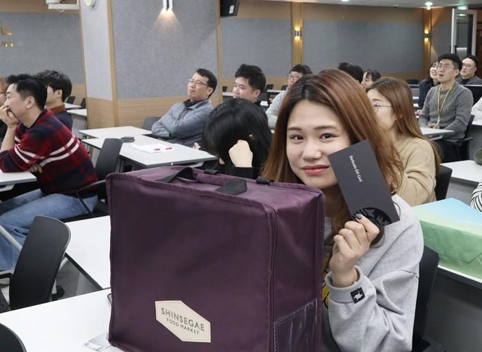 에듀윌은 14일 서울 구로동 에듀윌 본사 E-스퀘어에서 임직원을 대상으로 '설명절 나눔경매'를 실시했다.