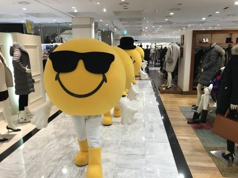 백화점 업계가 포스트 설 행사를 일제히 벌이고 신학기와 신규 입사자들을 겨냥한 제품들은 할인 판매한다. 스마일리 퍼레이드 사진=현대백화점 제공