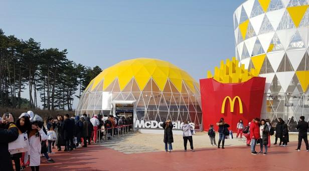 올림픽 공식 파트너사인 '맥도날드'가 운영하고 있는 강릉 동계올림픽 파크 매장이 오픈 후 10일 만인 지난 18일 방문객 8만1000명을 돌파했다고 밝혔다. 사진=맥도날드 제공
