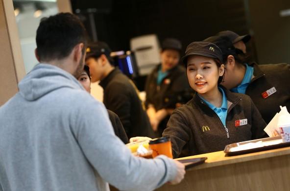 강릉 파크 매장과 별도로 동계올림픽 선수촌 매장을 열고 각국 선수들에게 무료로 제품을 제공하고 있는 맥도날드가 해당 매장의 오픈일인 지난 2월 1일부터 20일까지의 주문 데이터를 분석한 결과 1위 제품은 버거류인 `빅맥`이었다고 전했다. 사진=맥도날드 제공
