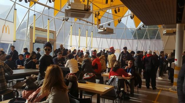 올림픽 공식 파트너사인 '맥도날드'가 운영하고 있는 강릉 동계올림픽 파크 매장이 오픈 후 10일 만인 지난 18일 방문객 8만1000명을 돌파했다고 밝혔다. 올림픽 파크 매장 내부 모습. 사진=맥도날드 제공