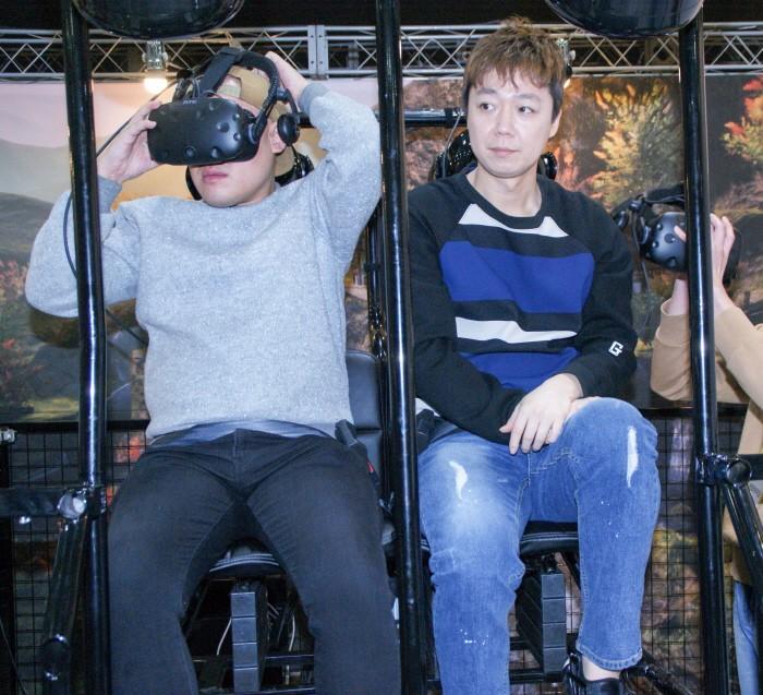 개그맨 김기열·양선일·이원구 등이 지난 24일 광주 서구 김대중컨벤션센터에서 열린 '지투페스타' 2일차에서 전북지역 VR게임 개발사 모아지오의 '성춘향 VR'을 체험하는 모습이 펼쳐졌다. (사진 왼쪽부터) 이원구·김기열이 체험준비를 하고 있다. (사진=박동선 기자)