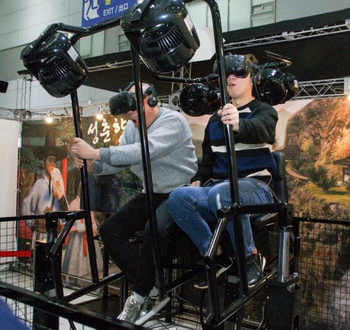 개그맨 김기열·양선일·이원구 등이 지난 24일 광주 서구 김대중컨벤션센터에서 열린 '지투페스타' 2일차에서 전북지역 VR게임 개발사 모아지오의 '성춘향 VR'을 체험하는 모습이 펼쳐졌다. (사진 왼쪽부터) 이원구·김기열이 즐겁게 콘텐츠를 체험하고 있다. (사진=박동선 기자)