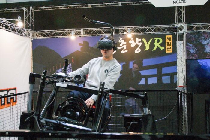개그맨 김기열·양선일·이원구 등이 지난 24일 광주 서구 김대중컨벤션센터에서 열린 '지투페스타' 2일차에서 전북지역 VR게임 개발사 모아지오의 '성춘향 VR'을 체험하는 모습이 펼쳐졌다. 양선일이 즐겁게 콘텐츠를 체험하고 있다. (사진=박동선 기자)