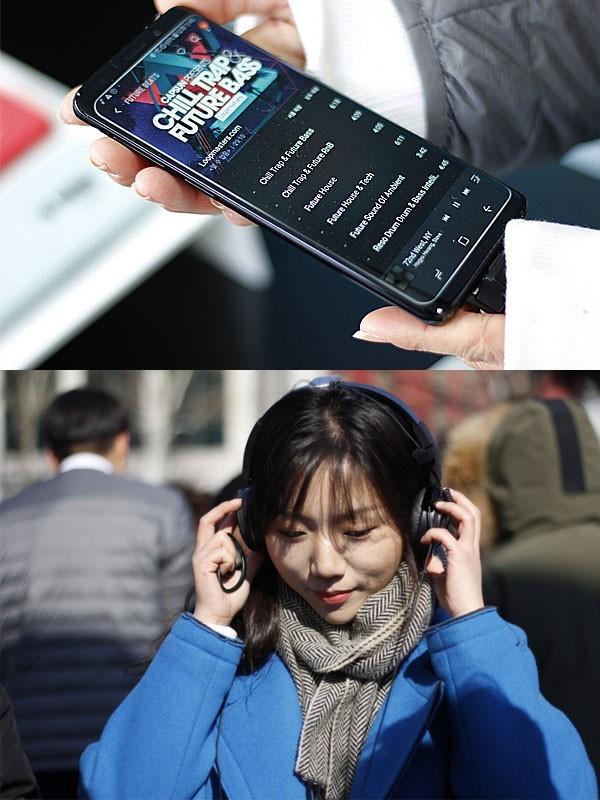 갤럭시S9 스마트폰과 연결된 AKG 헤드폰으로 청음하는 모습