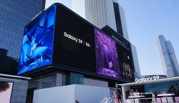 이동형 갤럭시 스튜디오 위로 보이는 코엑스 갤럭시S9 | S9+ 옥외광고