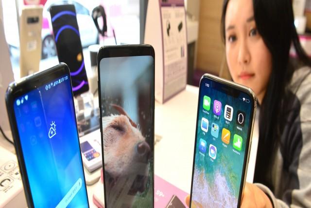 애플 아이폰 '노치 디자인' 없애기로 가닥…경쟁사는 '노치' 모방 잇따라