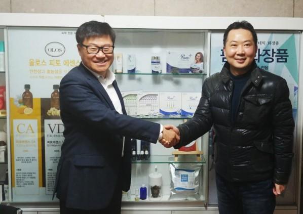 팜스B&B 정용모 대표(사진 왼쪽)와 중국수입 토니 대표가 팜스B&B 본사에서 팜스화장품의 중국 판매와 관련한 MOU를 체결하고 기념촬영을 하고 있다. 사진=팜스B&B 제공