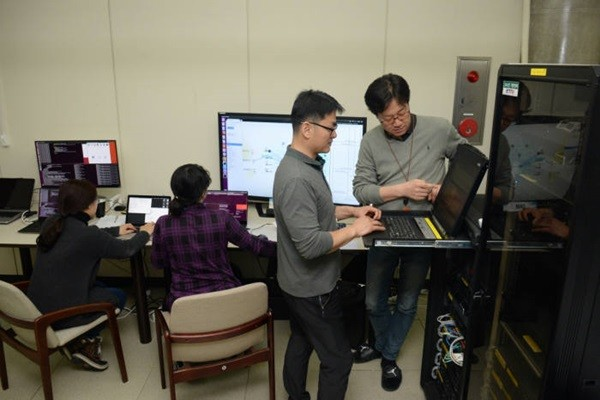 A picture of researchers from ETRI checking a process of change between 5G and Wi-Fi network