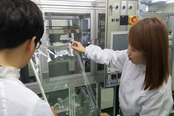 KOLON Industries's researchers are examining transparent polyimide film (Reference: KOLON Industries)