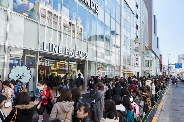글로벌 캐릭터 브랜드 라인프렌즈가 지난 17일 100번째 플래그십 스토어인 하라주쿠점을 오픈한 가운데 입장을 위해 대기하고 있는 소비자 모습