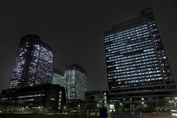 사진 = 21일 저녁 '지구촌 전등끄기' 캠페인 실시 전 불이 켜진 수원 '삼성 디지털시티' 전경