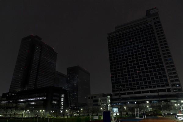 사진 = 21일 저녁 '지구촌 전등끄기' 캠페인을 실시하고 있는 소등된 수원 '삼성 디지털시티' 전경