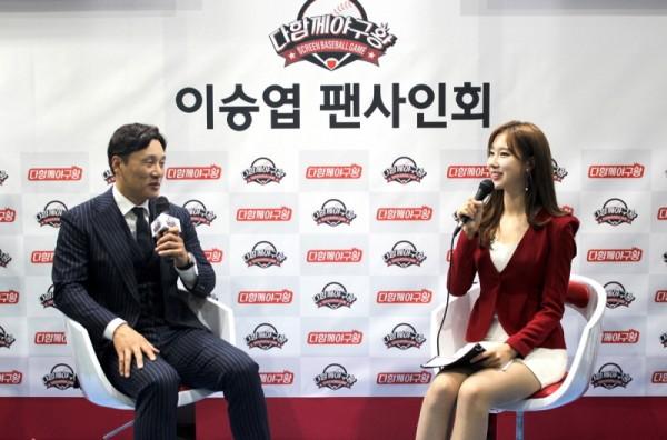 국민타자 이승엽과 SBS 스포츠 진달래 아나운서과 토크쇼를 진행하고 있다. 사진=다함께야구왕.