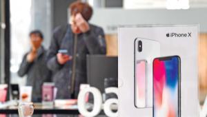 애플, OLED 아이폰 비중 축소 '충격파'…5500만대로 반토막 날듯