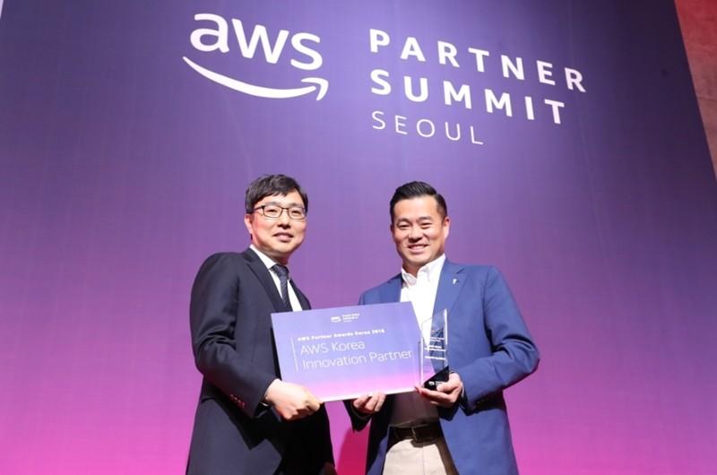 'AWS파트너 서밋 2018'에서 '이노베이션 파트너상'을 수상한 베스핀글로벌 이한주 대표(우)