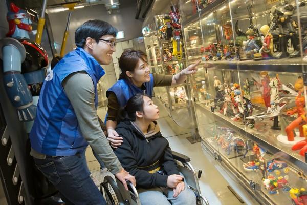 사진 = 24일 주몽재활원 장애인 어린이들과 함께 서울 상일동 태권V 박물관을 관람하고 있는 삼성전자 임직원
