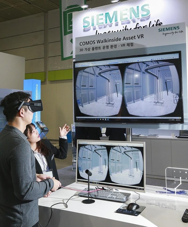 지멘스의 '2018 스마트공장•자동화산업전' 전시 현장. '디지털 엔터프라이즈 - 지금 시행하라(Digital Enterprise – Implement Now)'를 주제로 선보인 공정산업 분야의 VR 체험존.