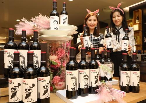 롯데백화점은 오는 4월 15일까지 상반기 최대 와인 행사인 '프리미엄 와인박람회' 행사를 벌인다. 스페인 와인 '프리키' 홍보 장면. 사진=롯데백화점 제공