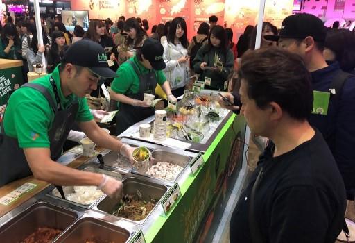 CJ제일제당은 지난 13일부터 15일까지 3일 동안 일본 혼슈 치바현 마쿠하리 메세(Makuhari Messe)에서 열린 한류문화 컨벤션 행사 'KCON 2018 JAPAN'에서 참가해 'bibigo Tasty Road(비비고 테이스티로드)' 행사 부스를 운영해 현지인들롤부터 호응을 얻었다고 16일 밝혔다. 사진=CJ제일제당 제공