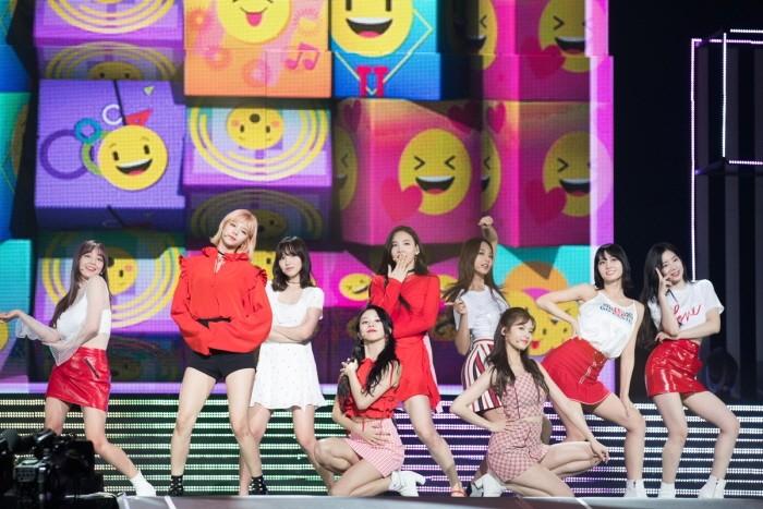 CJ E&M 측은 지난 13~15일 일본 지바현 마쿠하리멧세에서 열린 'KCON 2018 JAPAN'이 6만8000명의 관객을 기록하며 성대하게 마무리됐다고 밝혔다. 트와이스의 공연모습. (사진=CJ E&M 제공)