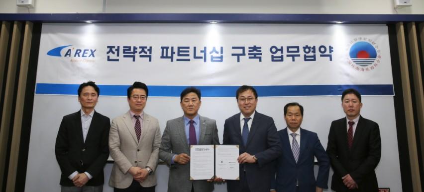 16일 공항철도 서울역에서 백진욱 영업지원처장(왼쪽에서 세 번째)이 환발해여유연합회와 업무협약을 체결했다.