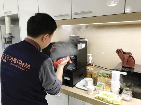 카페다뉴브 고객사는 정기방문 관리 서비스로 깨끗하고 맛 좋은 원두커피를 사무실에서 간편하고 경제적으로 즐길 수 있다.