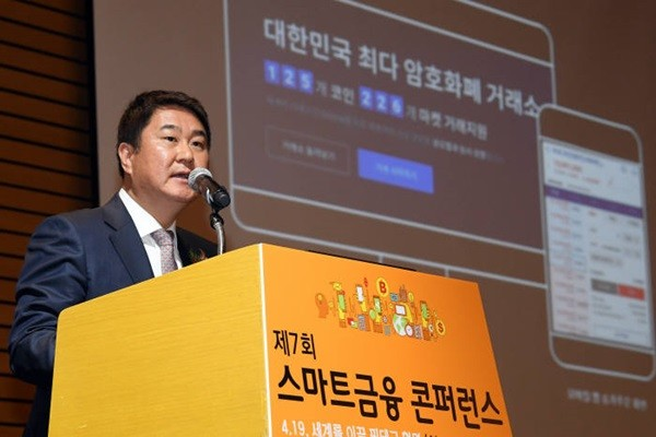 7th Smart Finance Conference, which was hosted by The Electronic Times, was held at FKI Tower on the 19th with a title '4.19, AI to Blockchain'.  CEO Lee Seok-woo of Dunamu made a keynote speech with a topic 'Quality and Opportunities of Growth of Cryptocurrency'.  Staff Reporter Lee, Donggeun | foto@etnews.com