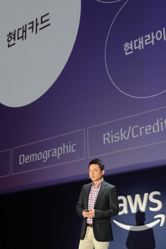 현대카드 디지털 사업본부의 김영민 실장이 AWS Summit 2018 에서 현대카드의 디지털 전략을 설명하고 있다.