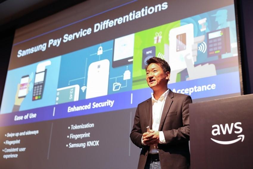 삼성전자 삼성페이 사업팀 임형진 수석은 AWS Summit Seoul 2018에서 삼성페이의 클라우드 전략을 발표하고 있다.