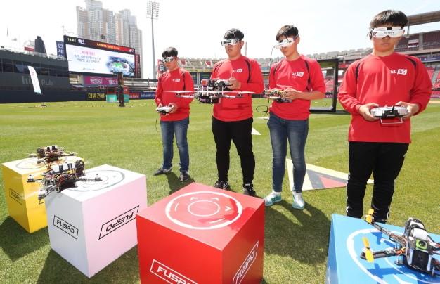 사진 = KT 5G 드론레이싱 리그'에 참가한 선수들이 KT 위즈파크에서 드론레이싱을 펼치고 있다.