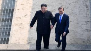 문 대통령-김정은 위원장, 군사분계선에서 역사적 악수