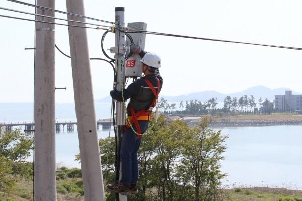 사진 = KT 직원이 무안군에 구축한 5G 기지국을 점검하는 모습