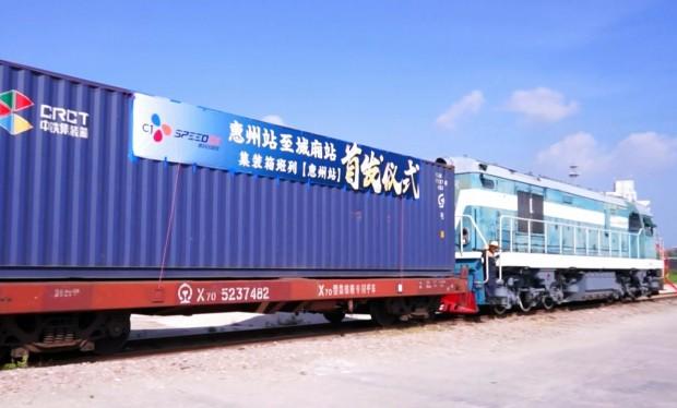 CJ대한통운은 유럽과 아시아 간 중국횡단철도(TCR)와 트럭을 이용해 도어 투 도어로 화물을 운송하는 국제복합운송 서비스 '유라시아 브릿지 서비스(EURASIA BRIDGE SERVICE : EABS)'를 출시한다고 밝혔다. 중국 쓰촨성 청두역에서 유럽을 향해 출발하고 있는 컨테이너 화물열차. 사진=CJ대한통운 제공