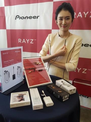 파이오니아 레이즈(Pioneer Rayz)가 국내에 아이폰에 최적화 된 이어폰과 스피커 제품을 출시했다. 사진=정영일기자
