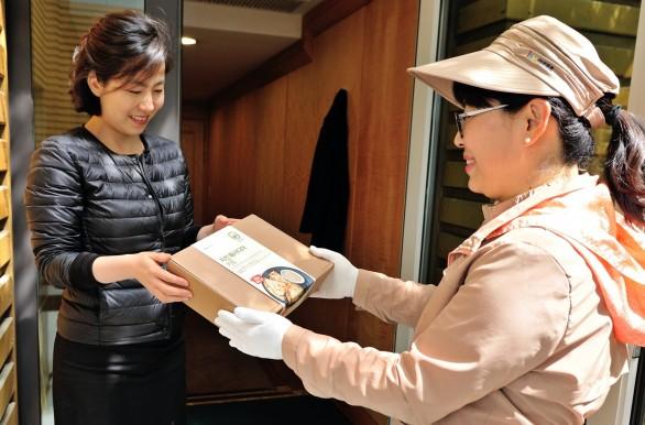 한국야쿠르트가 지난 4월 선보인 신선간편식 브랜드 `잇츠온`의 정기배송 서비스가 한 달 만에 정기배송고객 1만명을 달성하는 등 인기를 끌고 있는 것으로 나타났다. 사진=한국야쿠르트 제공