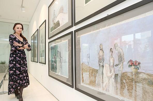 무역센터점 갤러리H에서 슬로바키아의 그래픽 아티스트 '카타리나 바브로바'가 전시작품을 살펴보고 있다. 사진=현대백화점 제공