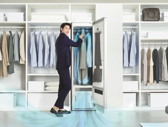 라이프케어기업 '코웨이'가 오늘 입은 옷은 물론 사계절 의류를 보관하는 옷 방까지 안팎 청정 케어를 모두 해주는 혁신적인 2in1 제품인 '코웨이 사계절 의류청정기(FAD-01)'를 출시했다. 사진=코웨이 제공
